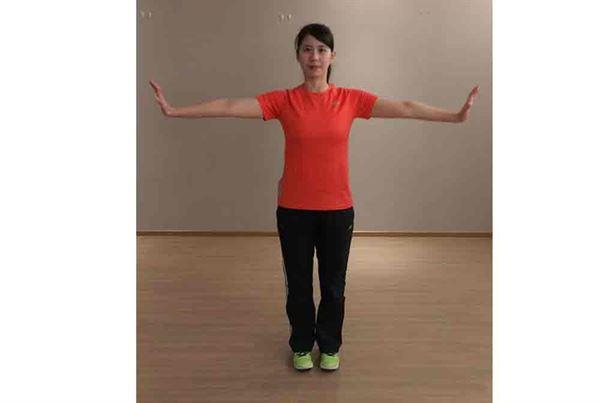 第一招/3.手臂再畫反向的小圈,回到原始位置,重複約12-15次。過程中保持自然呼吸。