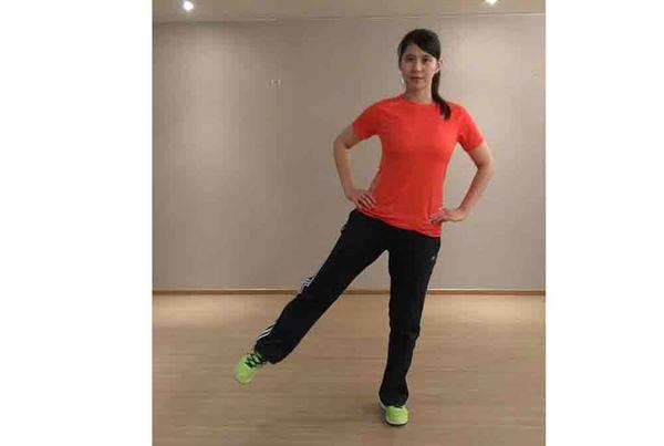 第二招/2.吐氣時站立,一腳並往外側抬,重複動作並換腳。每次約做12-15組。(若不平衡可雙手扶椅子)