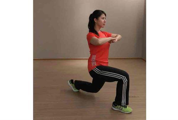 第三招/1.雙腳距離與骨盆同寬,吸氣時,往前跨步下蹲。