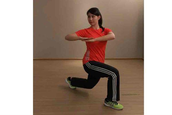 第三招/2.吐氣時,身體往對側旋轉,再回到原始位置,換腳重複動作。注意軀幹不需做太大角度的旋轉,背部有感到伸展即可。每次約做12-15組。