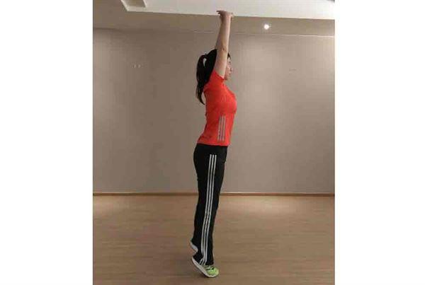 第四招/站姿,雙腳距離與骨盆同寬,雙手掌交叉向上延伸,墊起腳尖盡量往上伸展,向上吐氣往下吸氣;配合呼吸,動作可增加效果。重複約12-15次。