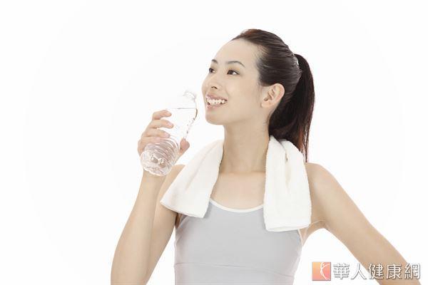 光喝水、補水要達到肌膚保濕可不夠!莊詠婷醫師指出,適度的油脂補充也非常重要。