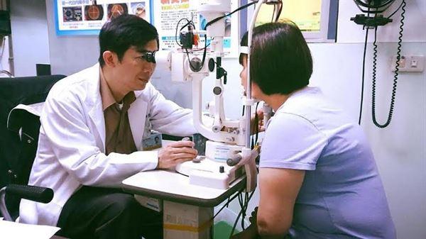 宋普生醫師表示,隨著醫療技術的進步,目前已有新式的無刀雷射白內障手術。(圖片/宋普生醫師提供)