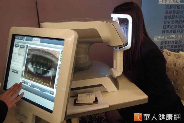 透過瞼板腺功能障礙檢查儀器,大約30秒即可測出淚膜脂質層的厚度與分布。