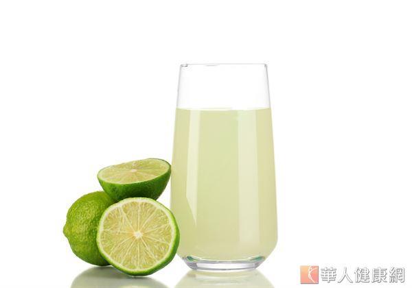 檸檬水中的微微酸味,不僅能達到開胃、消除噁心感的作用,檸檬中的有機酸,也有刺激腸胃道作用的效果,能幫助腸胃消化更順暢。