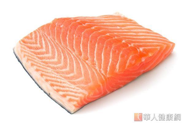 多食用鮭魚、鮪魚等富含Omega-3脂肪酸的魚類,有助維持腸道健康。