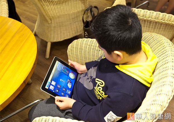 隨著網路科技的發展、行動裝置的普及,使用者年齡有逐漸下降的趨勢,甚至有許多兒童已擁有屬於自己的智慧型手機。