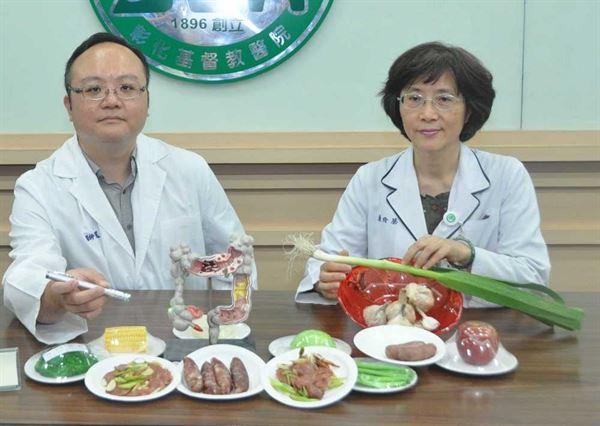 黃玄遠醫師(左)和蔡玲貞營養師呼籲民眾吃香腸時可搭配新鮮蔬菜,有助於降低致癌物質亞硝胺的生成。(圖片提供/彰化基督教醫院)