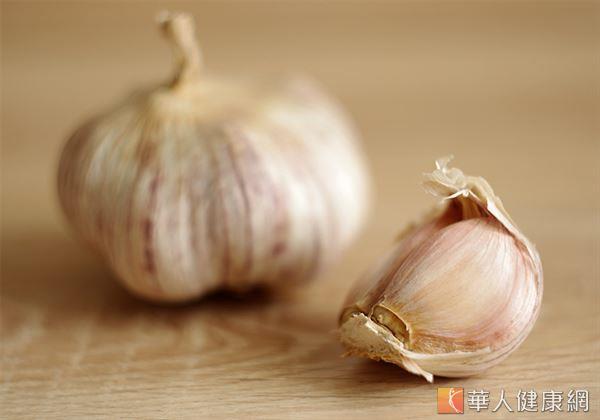 酒、蔥、蒜、辣椒、羊肉等腥發性飲食,都容易誘發濕疹、乾癬。