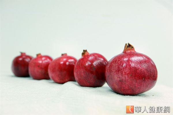 紅石榴被稱為「水果中的紅寶石」,富含各種多酚、維生素和葉酸,可以促進女性血液循環。