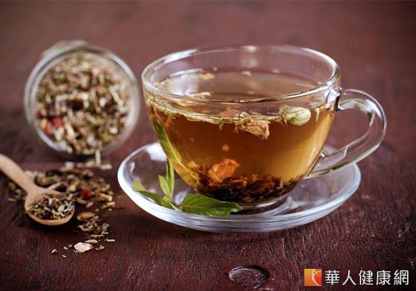 適度飲用有助疏肝解鬱、消積食、暖胃溫脾的藥膳茶飲,也是舒緩「壓力型胃痛」的不錯方式。