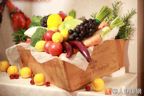 五彩繽紛的蔬果含有豐富的植物營養素,可以對抗發炎,能幫助改善經前症候群的症狀。
