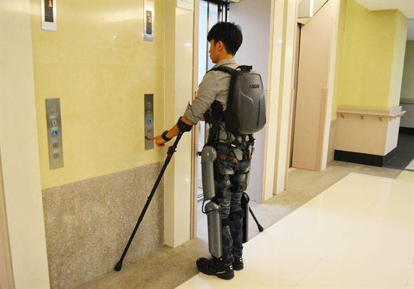 在科技的協助下,機器人腳給了脊髓損傷友重新站起來,再次體會行動自如美好的機會!(圖片/友信醫療集團提供)
