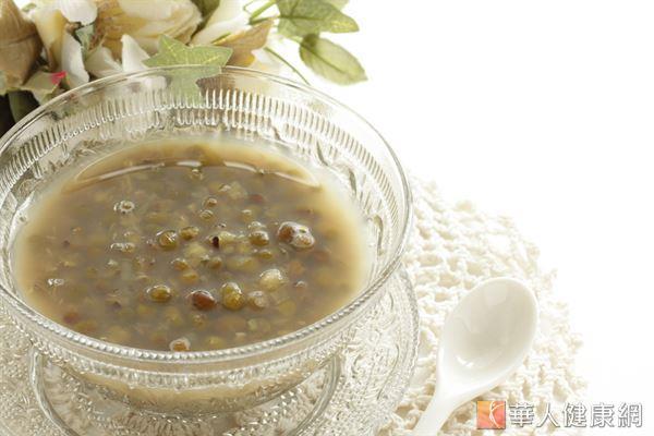 媽咪可以適量飲用綠豆湯,利用綠豆利尿消腫的特性,加速排除體內多餘水分。
