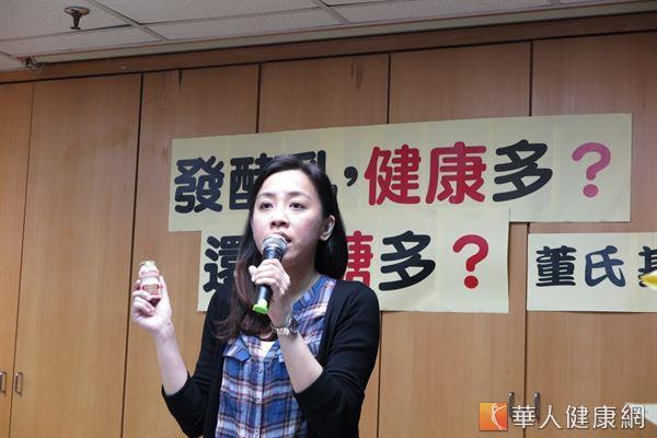 林彥廷營養師表示,發酵乳飲料不等於發酵乳,政府應制訂更嚴謹的產品標示規定。(攝影/駱慧雯)