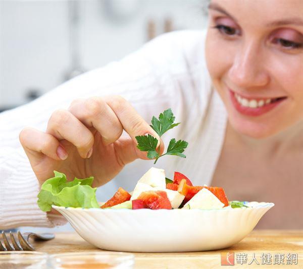 綠花椰菜、苜蓿芽、蘋果、香蕉和蕃茄等蔬果含有豐富的鉀,有助消除水腫,但不宜長時間水煮,以免造成鉀流失。