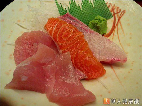 許多人喜歡吃生魚片,但綠色和平調查發現市售黑鮪魚含有重金屬,大量攝取易影響健康。