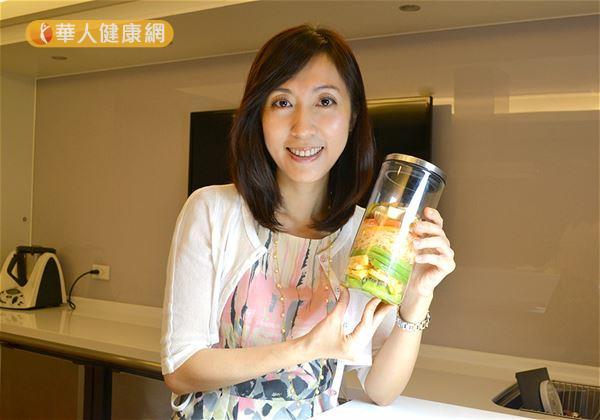 吳映蓉博士針對上班族女性而設計的玻璃罐沙拉,相當符合小資女們健康減重的需求。(攝影/洪毓琪)
