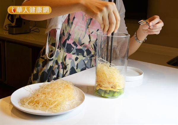 步驟三/接著,加入帶有酸甜口感的泰式風味冬粉作為主食,並且使冬粉呈現自然蓬鬆的感覺。(攝影/洪毓琪)