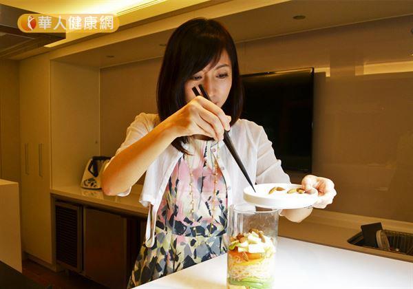 步驟五/最後一個步驟,加入杏仁點綴,增加玻璃罐沙拉的顏色變化,美麗的玻璃罐沙拉就完成囉!(攝影/洪毓琪)