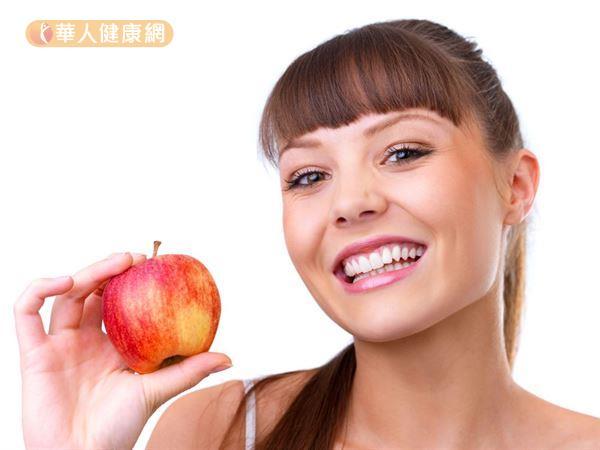 蘋果含有豐富的鉀和纖維,適度補充可促進腸道蠕動,也能幫助身體排出多餘的鈉,幫助瘦身和消水腫。
