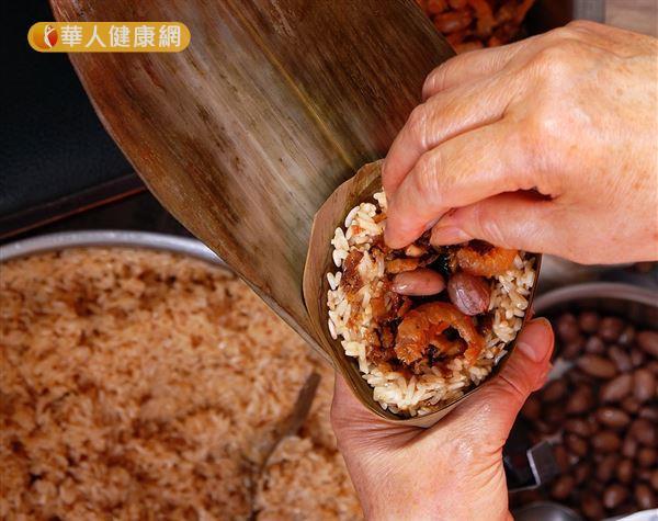 傳統肉粽的材料有糯米、五花肉、蛋黃和花生,都是屬於不易腸胃消化的食材。