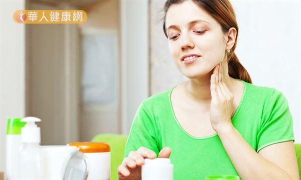 許多網友喜歡使用天然的橄欖油或椰子油護膚,不過必須先補充水分再塗抹油脂,潤膚效果才會好。