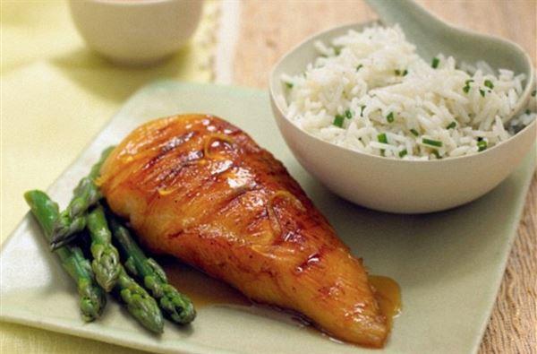建議糖尿病患者,用餐時可以先吃蛋白質食物和蔬菜,最後再吃碳水化合物,有助控制血糖。(圖片/取材自《每日郵報》Daily Mail)