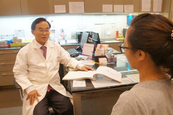 婦產科潘俊亨醫師表示,月經不規則、肥胖、體毛多、嚴重掉髮等,都是多囊性卵巢症候群的警訊。(圖片提供/潘俊亨醫師)