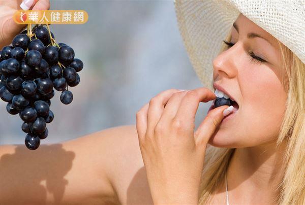 紫葡萄的果皮和籽含有豐富花青素,除了有助身體抗氧化,補腦的效果也不錯。