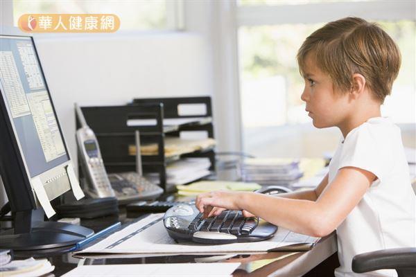 網路科技發達,許多青少年沈迷於網路世界,出現「網路成癮」的現象。