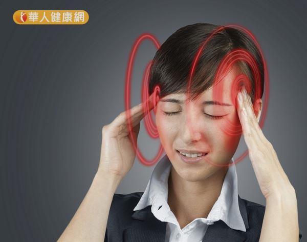 上班族壓力大又頻繁進出冷氣房,容易誘發過敏性鼻炎併鼻竇炎,導致頭痛。