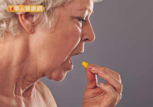 醫師提醒,一旦睡眠情況改善,則應立即減少安眠藥物的使用,並同時治療與失眠合併出現的其他身心疾病,才是根絕失眠的不二法則。