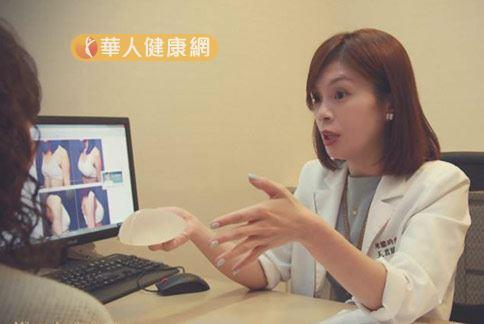整形外科醫師王君瑜(右)強調,乳房下垂的問題可透過果凍矽膠隆乳來改善。(圖片/王君瑜醫師提供)