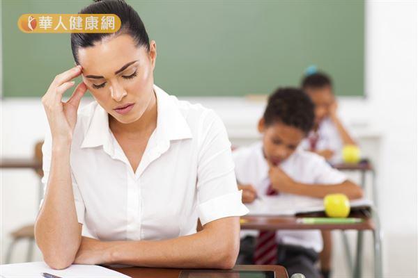 站在教室講台上的教師,每天都要長時間張口說話講課,不知不覺耗氣量大,因為張嘴大口換氣,都是使用口呼吸而不自覺,導致「過量呼吸」。