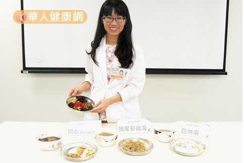 女中醫唐玫珊(如圖)親自示範三道藥膳,教導民眾食補養生小錦囊。(圖片提供/柳營奇美醫院)