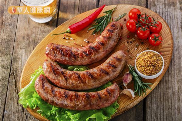 香腸、培根等加工紅肉被WHO列為1級致癌物,建議民眾必須搭配大量蔬果一起食用,降低罹癌可能性。