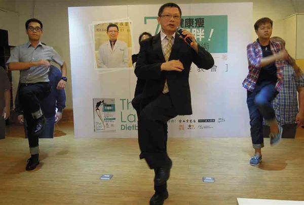 減重名醫林黑潮醫師獨創的「搖滾健走」。每分鐘抬腿踏步120下,並且堅持每天至少走30分鐘,有助輕鬆瘦。