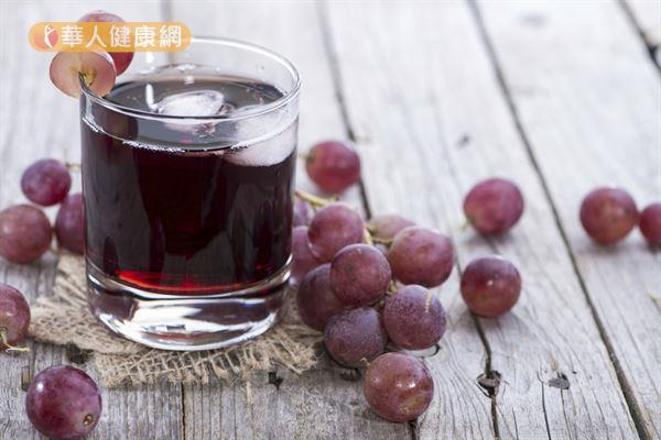想要美白淡斑,可以適量飲用由葡萄搭配其他水果打成的果汁,幫助美肌。