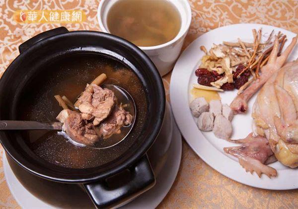「冬令進補」可謂是台灣歷史悠久的民間習俗,尤其是冷颼颼的冬日喝下一碗熱呼呼的麻油雞酒、羊肉爐,或是來罐滋補的雞精、蜆精,實在是再享受不過!