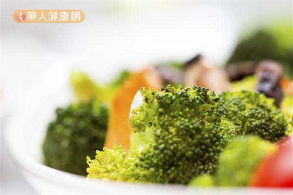 為讓血糖保持衡定,糖尿病病友日常飲食中盡可能多食用含有豐富膳食纖維的蔬菜,來讓血糖上升速度慢一點。