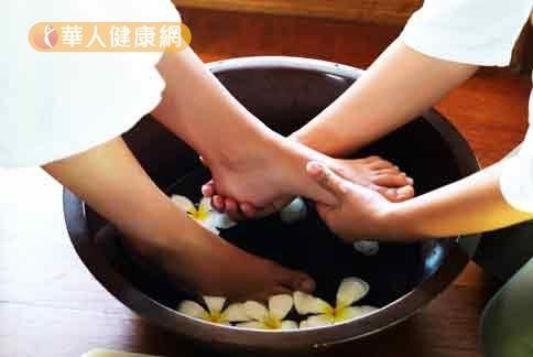 多泡腳可以緩解四肢冰冷,浸泡時可加入一些薑片幫助血液循環。