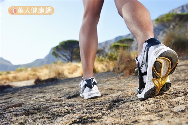 日本舒壓權威美野田啓二研究發現,腰腿肌力衰退同時也是大腦老化的徵兆。