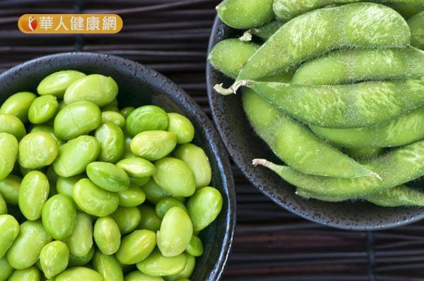毛豆含有大豆異黃酮,會與雌激素競爭細胞受體,抑制雌激素的合成作用,有助減少乳癌的發生。