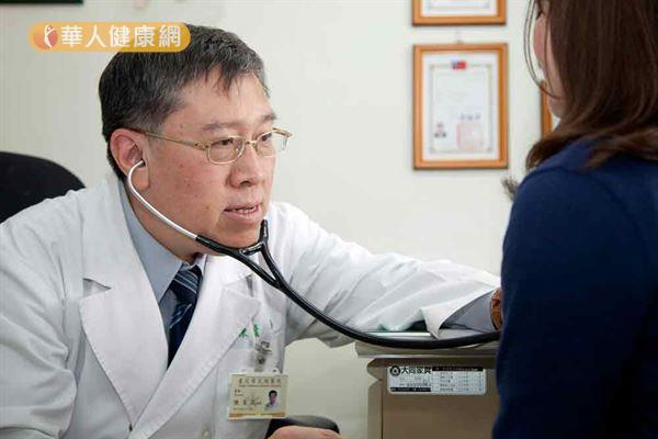 陳育民主任(左)指出,早期肺癌難發現,有逾7成患者確診時已屬晚期。(影音/攝影記者江旻駿)
