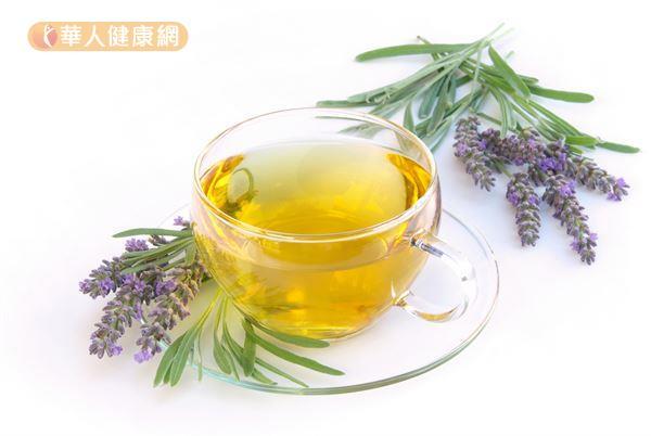 晚上適度喝點溫熱的薰衣草茶,有助改善失眠問題。