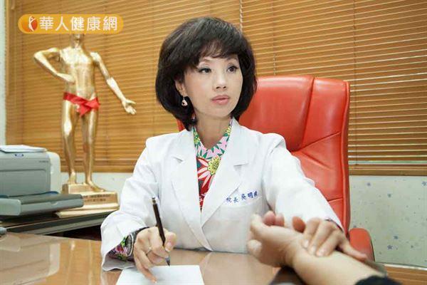 中醫師吳明珠(如圖)強調,久坐不動容易傷脾,更容易增胖。(攝影/江旻駿)