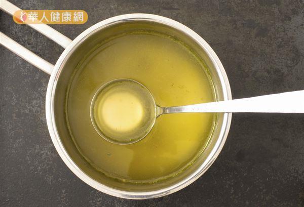 雞湯可以喝到骨頭中的營養素,提升抵抗力、舒緩感冒。