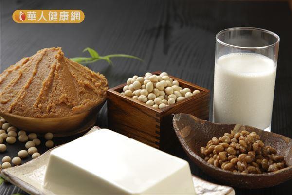 豆類食物中的黃豆,含有異黃酮的植物性雌激素,食用適量天然的黃豆能增加體內的雌激素。