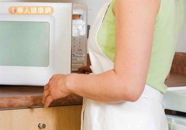 近來BBC報導卻指出,英國專家表示,「為避免食物中毒,加熱剩菜最好避免使用食物受熱可能不平均的微波爐。」引發網友熱議。